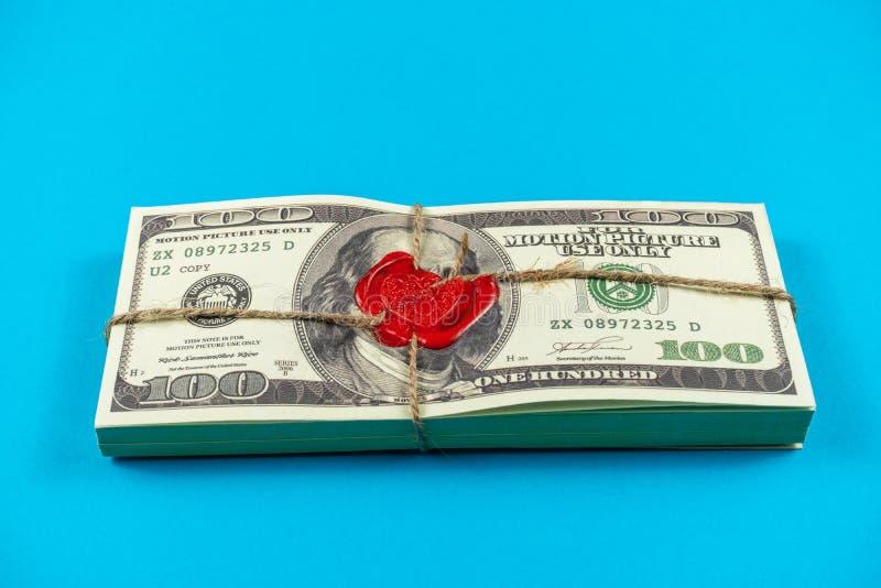 Stöttapengardollar Gammal stil för fullt tryck dollar f?r 100 bills Förseglad tegelsten med lacket och repet arkivbild