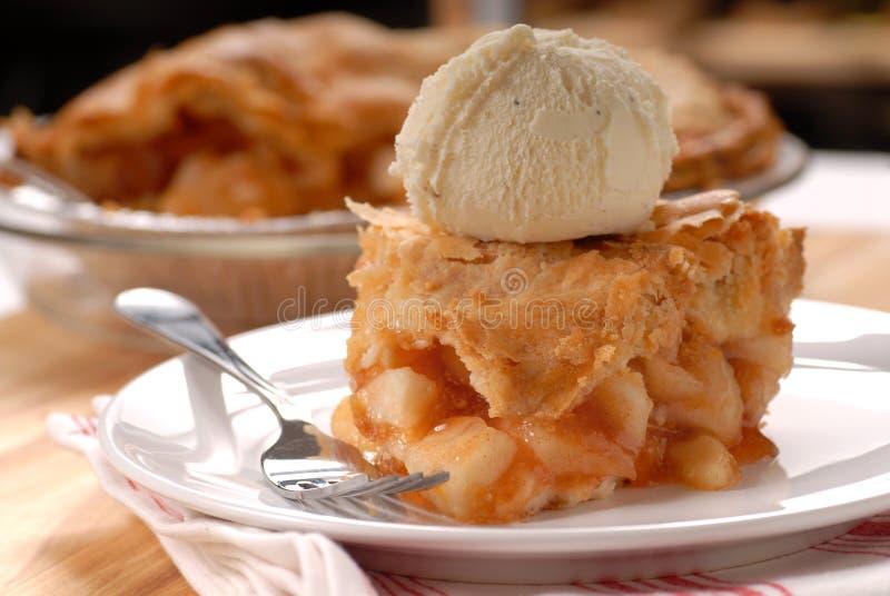 Stück Apfelkuchen und Vanilleeissahne lizenzfreies stockbild