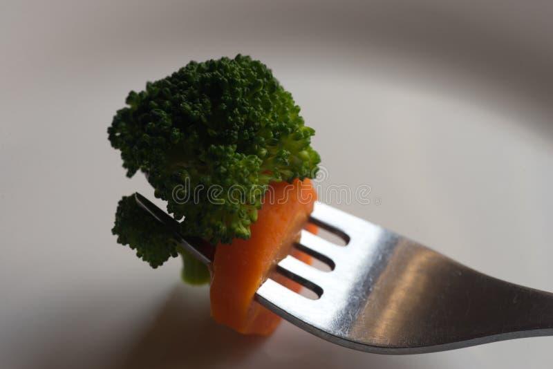 Stück Brokkoli auf Gabel lizenzfreies stockbild