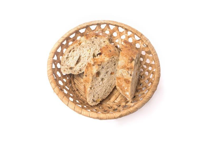 Stück Brot in einem Weidenkorb des Brotes lokalisiert auf weißem Hintergrund lizenzfreie stockfotos