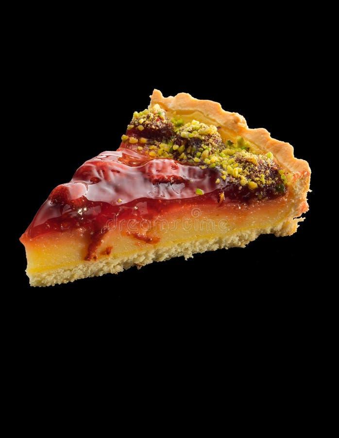 Stück der amerikanischen Torte mit Erdbeeren über schwarzem backgro stockfoto