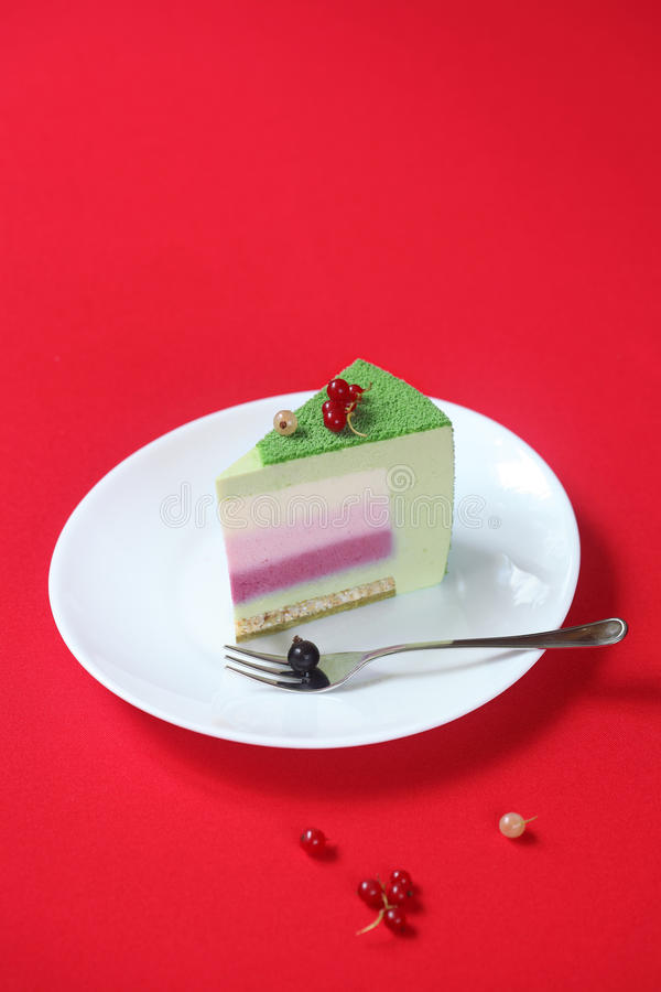 Stück der Feier (Weihnachten) Matcha und Korinthen-Kremeis-Kuchen lizenzfreies stockbild