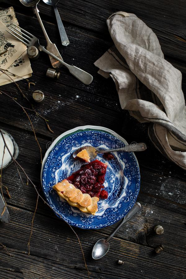 Stück der Kirschtorte auf hölzerner rustikaler Tabelle stockfotografie