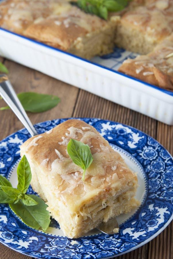 Stück der selbst gemachten Torte mit Käse Blaue Weinleseplatte Rustikaler hölzerner Vorstand Gesunde Nahrung stockbild