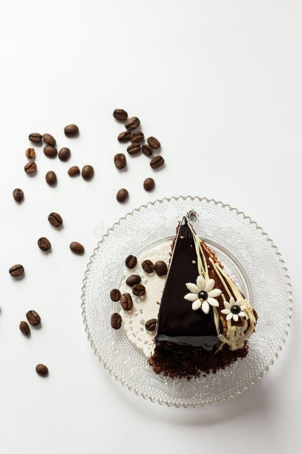 Stück des Schokoladenkuchens auf einer Glasuntertasse von oben stockfotografie