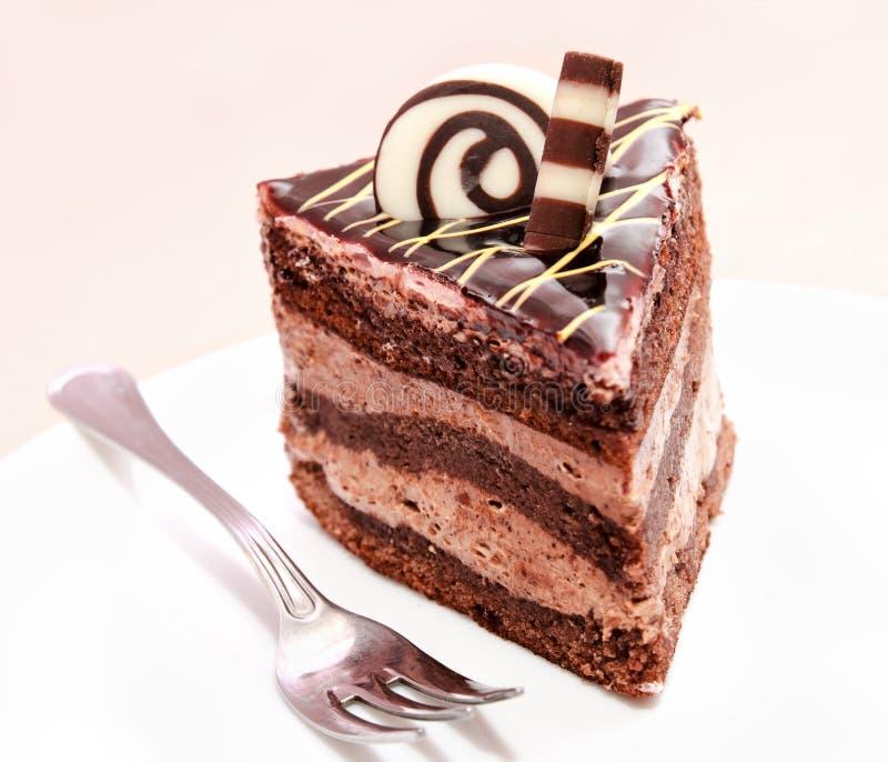 Stück des Schokoladenkuchens und -gabel lizenzfreie stockbilder