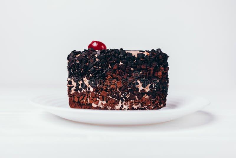 Stück des Schokoladenschokoladenkuchenkuchens mit Kirsche stockfotografie