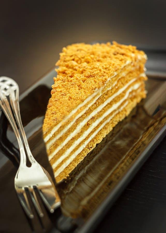 Stück des traditionellen Honigkuchens auf Schwarzblech Dunkler Hintergrund stockbild
