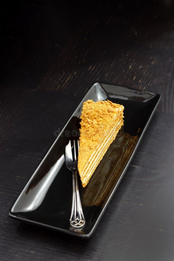 Stück des traditionellen Honigkuchens auf Schwarzblech Dunkler Hintergrund lizenzfreie stockfotos