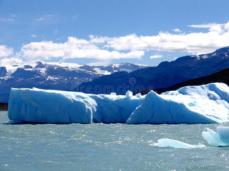 Stück Eis abgetrennt vom Gletscher im Patagonia lizenzfreie stockfotos