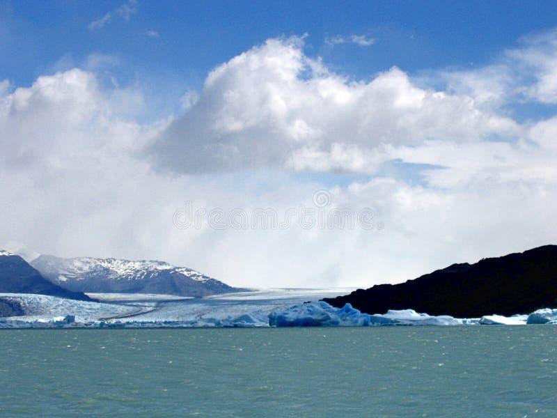Stück Eis abgetrennt vom Gletscher im Patagonia stockfotos