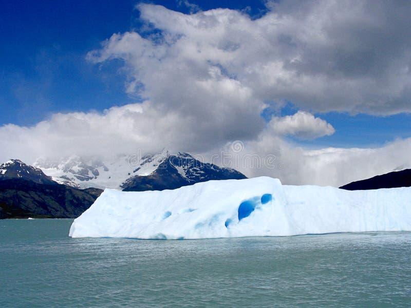 Stück Eis abgetrennt vom Gletscher im Patagonia stockbild