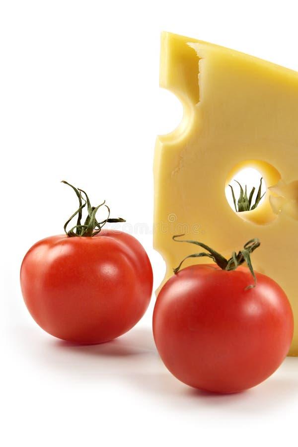 Stück Käse und Tomaten lizenzfreie stockfotografie