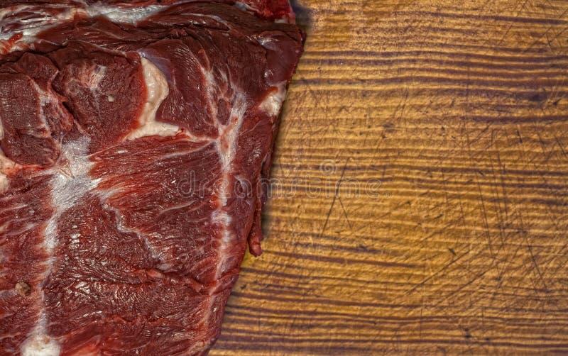 Stück Rindfleisch auf einem Schneidebrett stockfoto