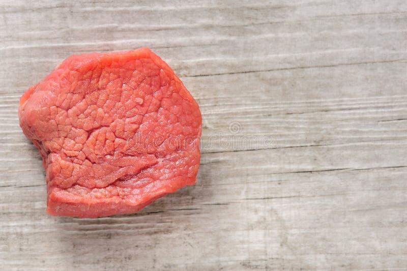 Stück rohes Rindfleischfleisch auf weißem Holz- oder Steinhintergrund stockfotos