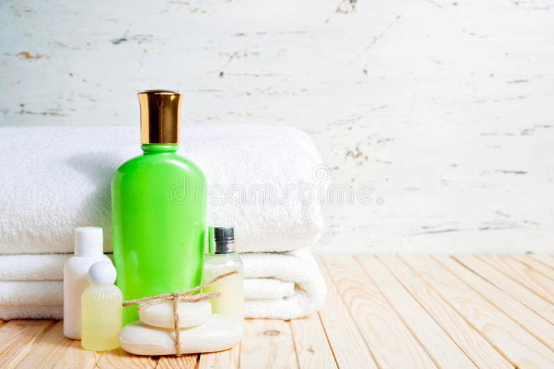 Stück Seife und Flüssigkeit Shampoo, Duschgel, Lotion tücher Badekurort-Ausrüstung lizenzfreie stockfotos