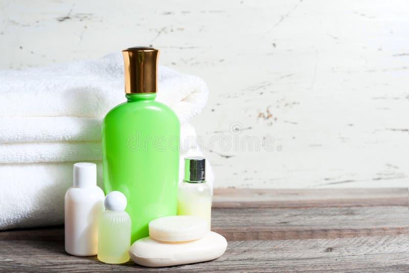 Stück Seife und Flüssigkeit Shampoo, Duschgel, Lotion tücher Badekurort-Ausrüstung lizenzfreies stockfoto