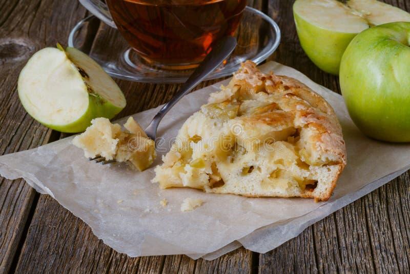 Stück selbst gemachter Apfelkuchen, Schwammkuchen lizenzfreie stockbilder
