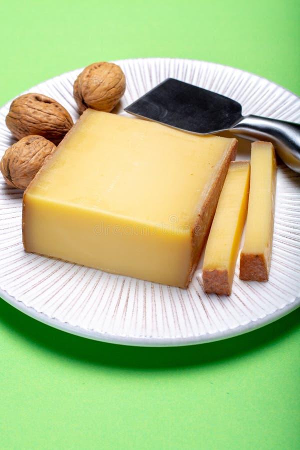 Stück von gealtertem Comte oder Gruyere de Comte, französischer Käse AOC gemacht lizenzfreies stockfoto