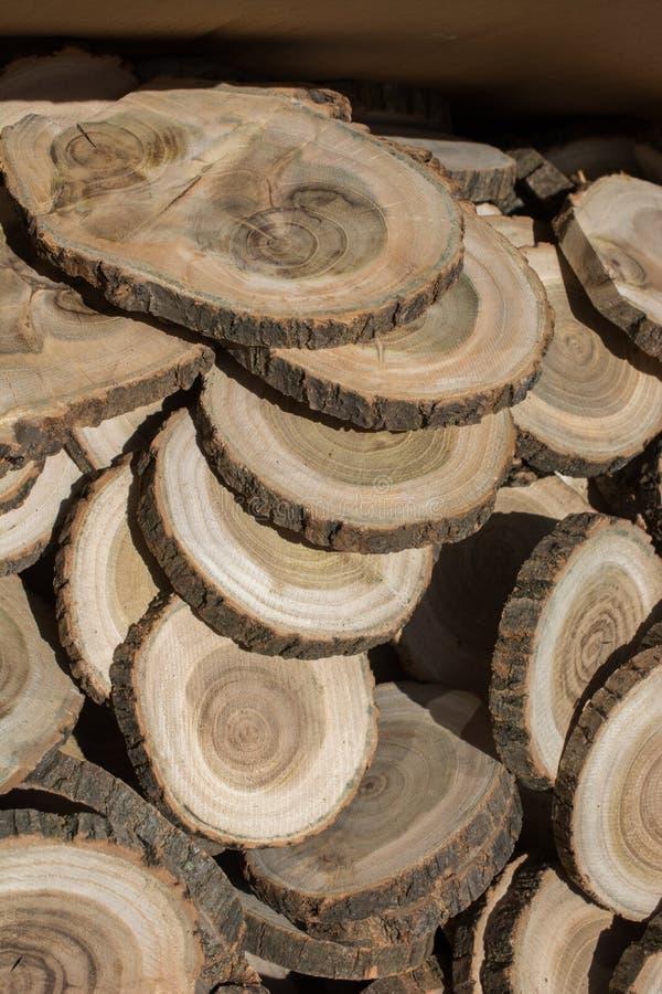 Stückchen geschnittenes Holz meldet runde Form an lizenzfreie stockbilder