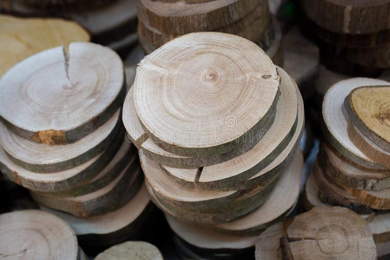 Stückchen geschnittenes Holz meldet runde Form an stockfoto