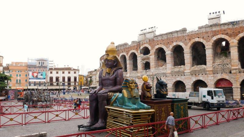 Stücke Bühnenbild der Aida-Oper werden zur Arena für eine Show transportiert stockfotografie