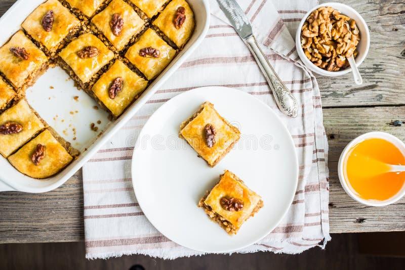Stücke Baklava mit Honig und Nüssen, Draufsicht, rustikal stockfoto