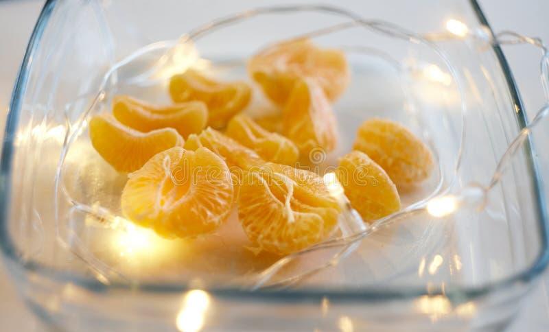 Stücke der abgezogenen Tangerine- und Girlandenlüge auf einer Servierplatte lizenzfreie stockfotografie