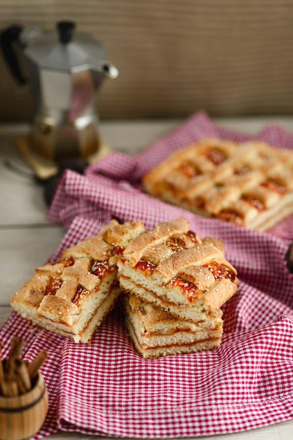 Stücke des Kuchens auf einer roten und weißen Serviette stockfoto