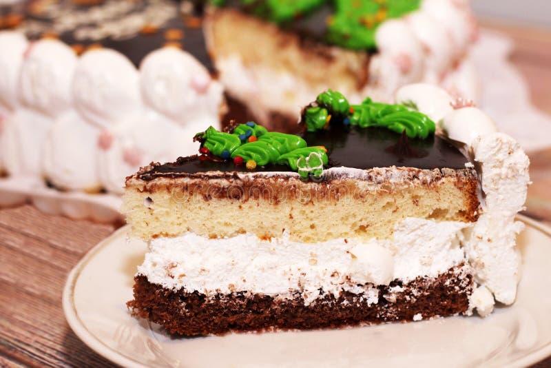Stücke des selbst gemachten Walnusskarottenkuchens mit Eiscreme auf weißer Platte stockfotografie
