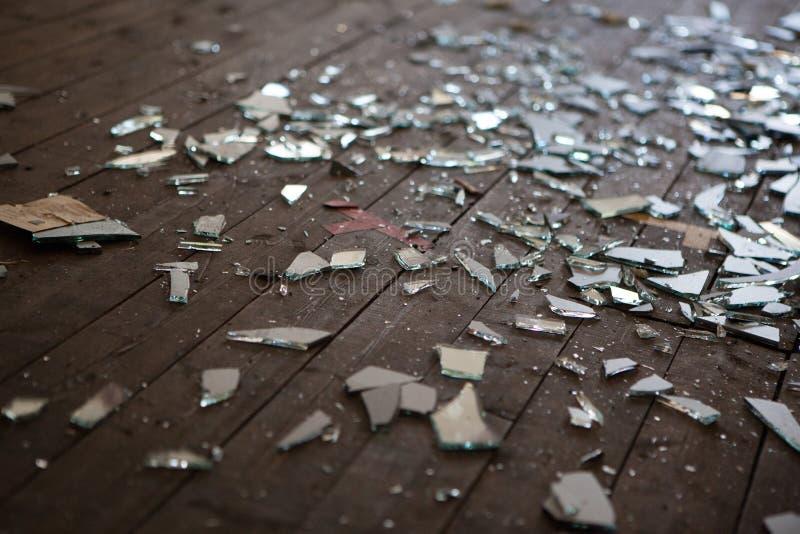 Stücke des zerbrochenen Glases oder des Spiegels lizenzfreies stockbild