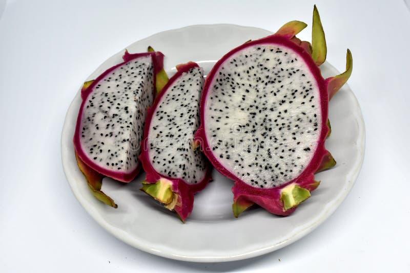Stücke Drachefrucht auf weißer Platte stockfoto
