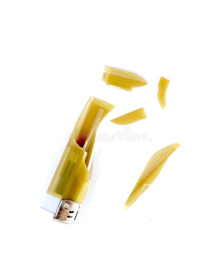 Stücke eines braunen Feuerzeugs nach Explosion durch Hitze in einem Auto stockfoto