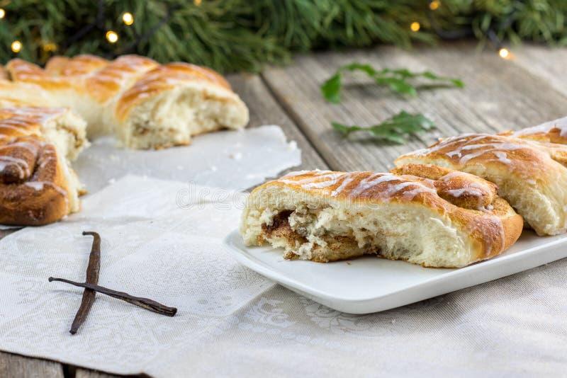 Stücke eines Weihnachtszimts winden Nachtisch mit einer Vanillehülse lizenzfreie stockfotos
