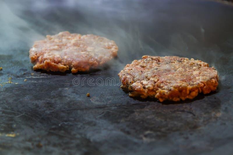 Stücke Fleisch auf Grill stockfoto