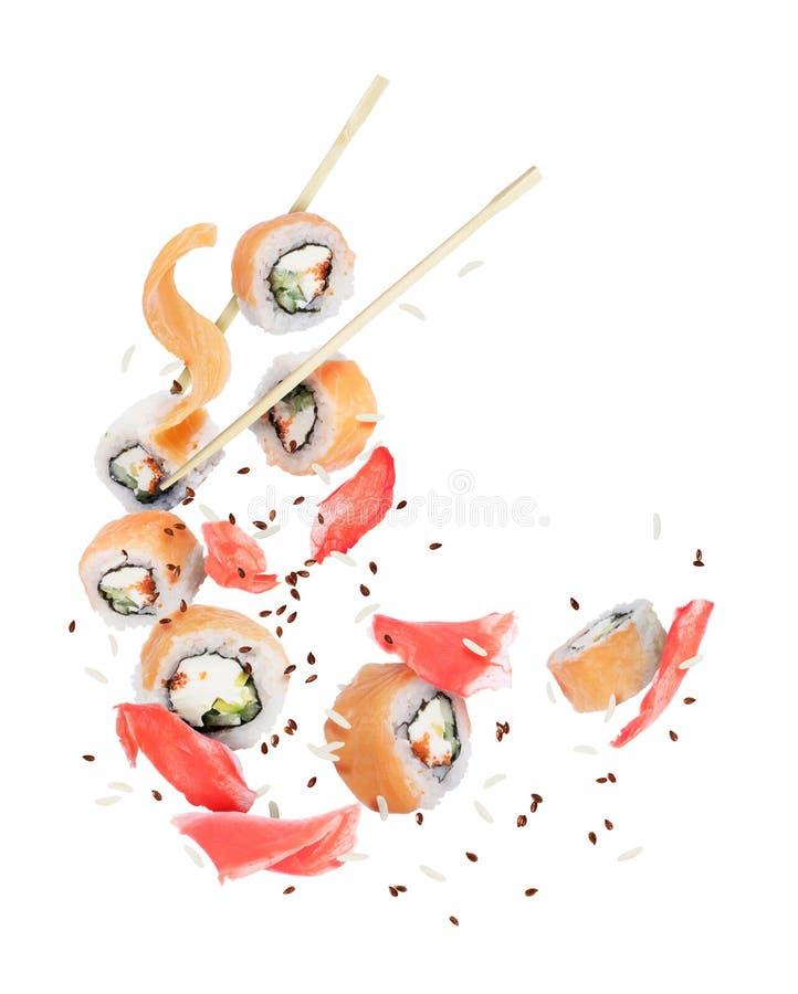 Stücke frische Sushi mit dem Ingwer eingefroren in der Luft lizenzfreie stockbilder