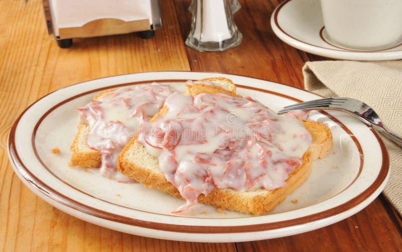 In Stücke geschnittenes Rindfleisch auf Toast lizenzfreie stockfotos
