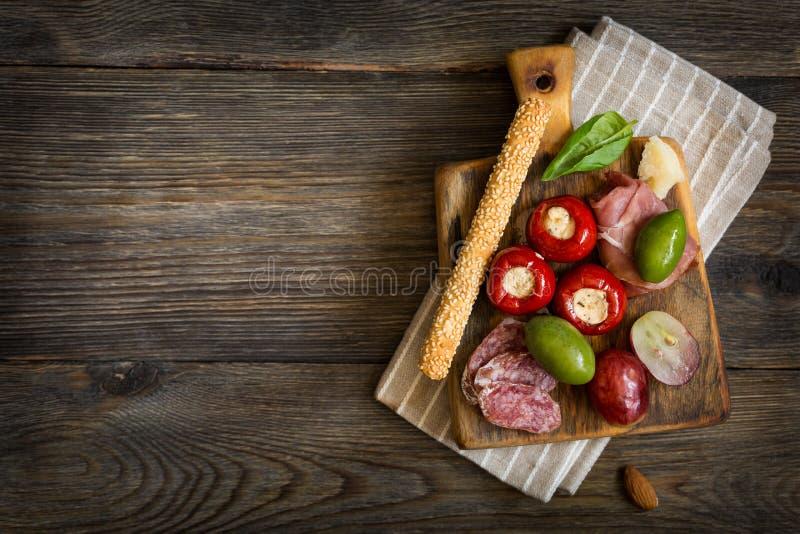 Stücke Käse auf woodenplatter antipasti lizenzfreie stockfotos