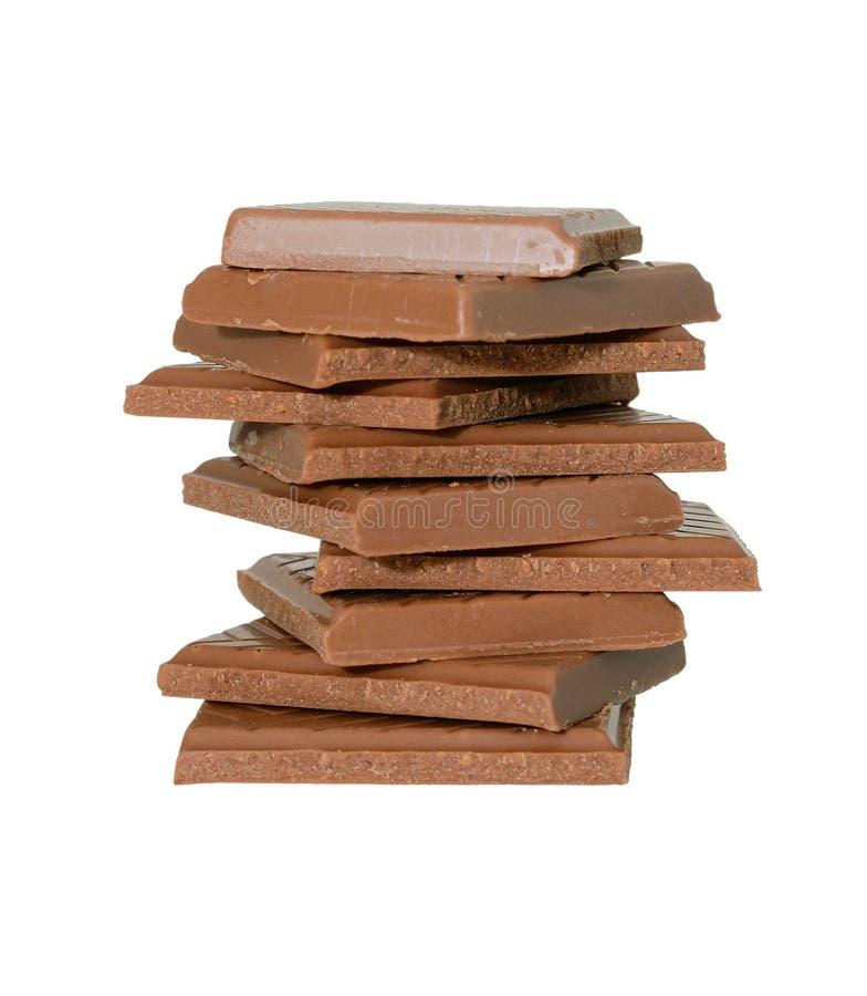 Stücke Schokolade auf weißem Hintergrund stockfotos