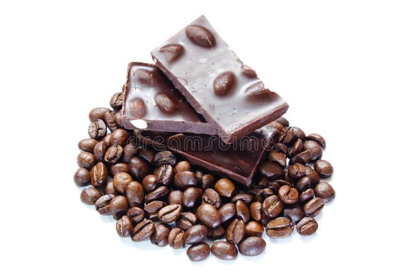 Stücke Schokolade mit Muttern und Kaffeebohnen stockfoto