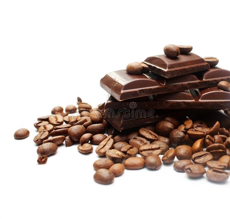 Stücke Schokolade und Kaffeebohnen stockfotografie