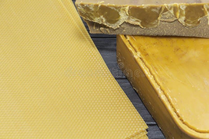 Stücke von natürlichem Bienenwachs Gelbwachs-Blöcke lizenzfreies stockbild