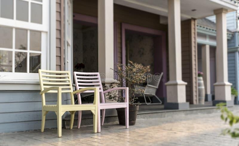 Stühle auf dem Hinterhof stockbilder