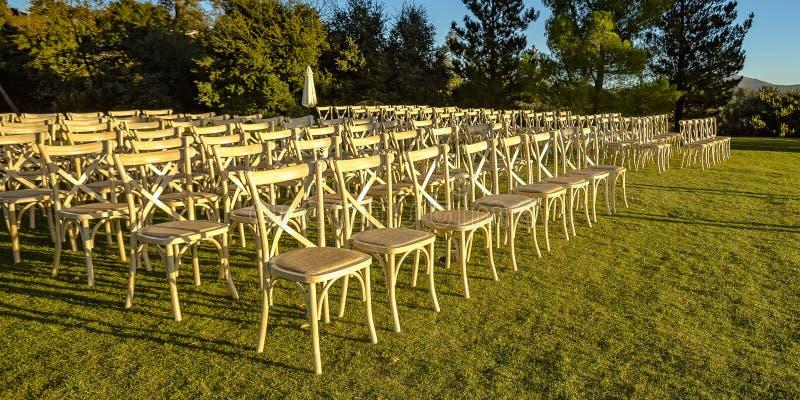 Stühle auf einem Yard mit Bäumen und Bergblick stockbild