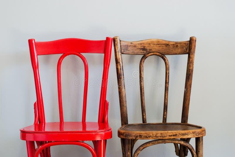 Stühle auf Grey Wall stockfotografie