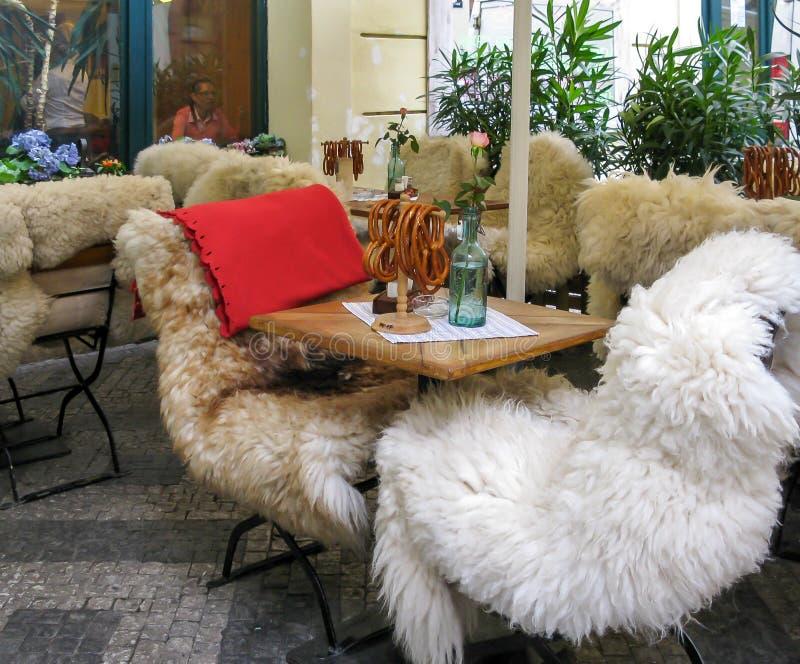 Stühle bedeckt mit Pelzwerk, Prag lizenzfreies stockbild