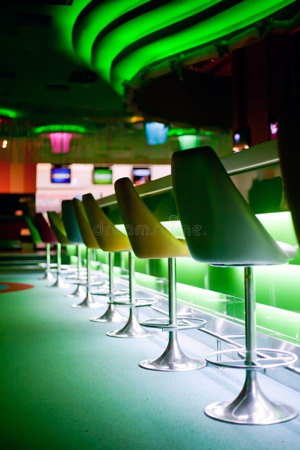 Stühle in der Reihe im Stab stockbild