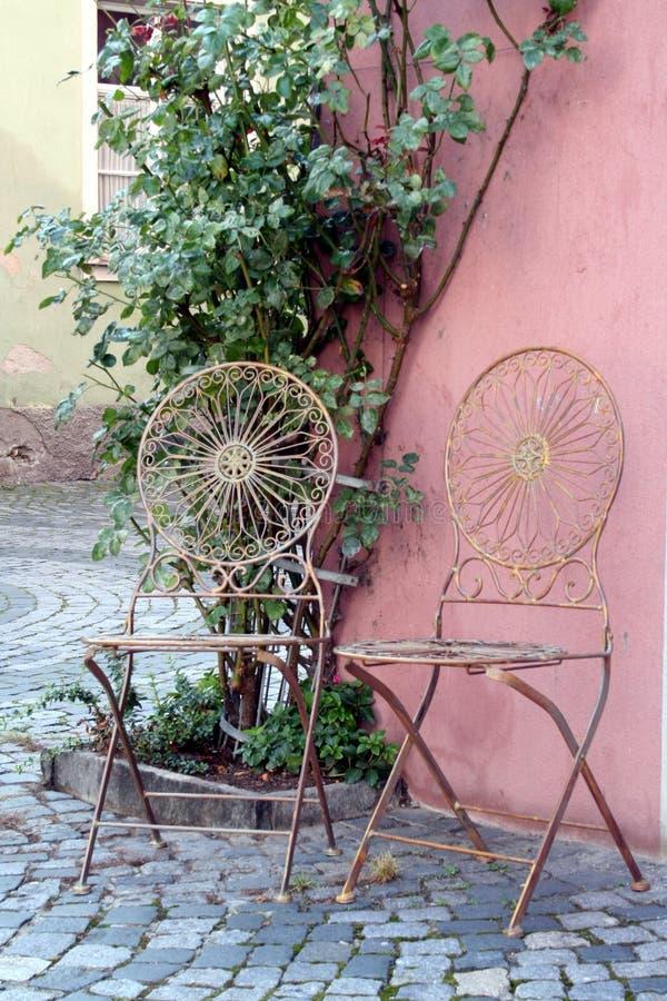 Stühle in der Straße stockfotografie