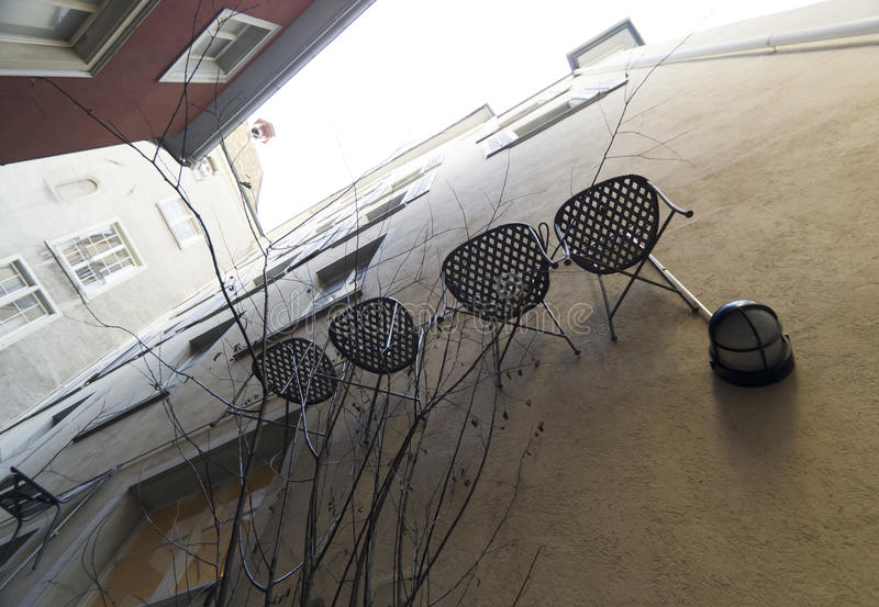 Stühle An Die Wand Hängen stühle die an einer wand zürich hängen stockbild bild
