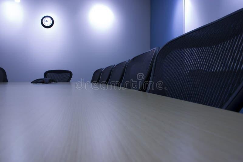 Stühle in einer Reihe im Konferenzsaal lizenzfreie stockfotos